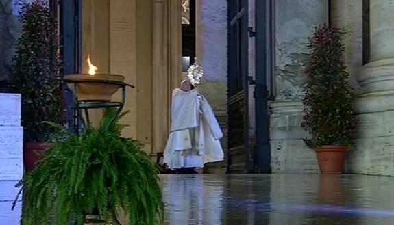 """Papa Francesco a San Pietro prega nella piazza destra. """"Apparizione"""" Madonna durante preghiera..."""