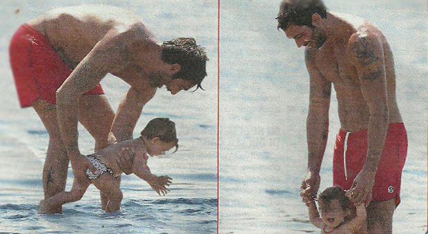 Francesco Arca papà, primo bagnetto al mare della figlia Maria Sole