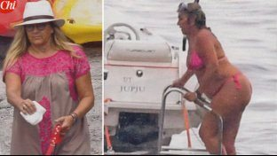 Romina Power, morbide forme in bikini nel Golfo di Napoli