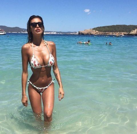 Cristina Buccino, sirenetta se. xy a Ibiza: la foto del décolleté esplosivo è virale