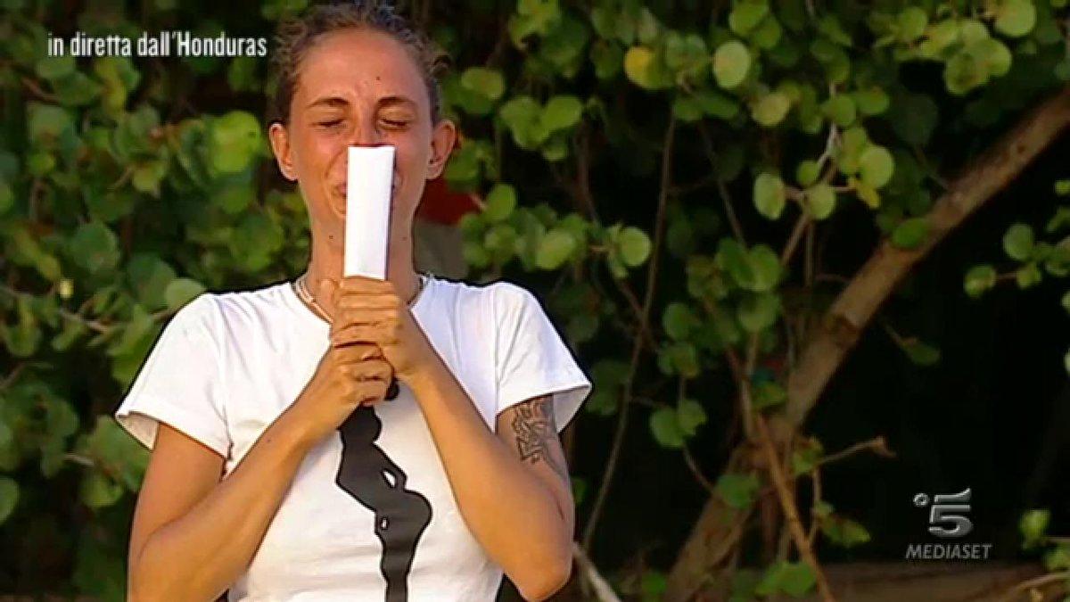 Isola. Malena vede la madre e scoppia in lacrime. Marcuzzi, appello per Samantha