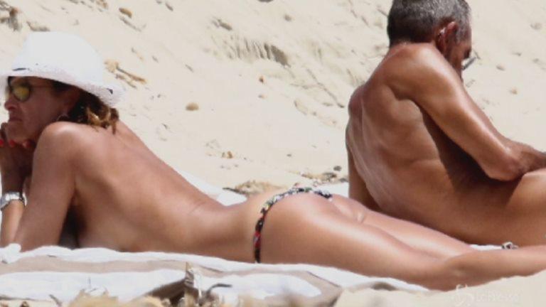 Cristina Parodi e la tintarella a Formentera con le amiche, topless perfetto a 50 anni