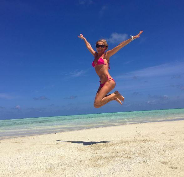 Federica Panicucci, in forma smagliante, la conduttrice e innamorata alle Maldive