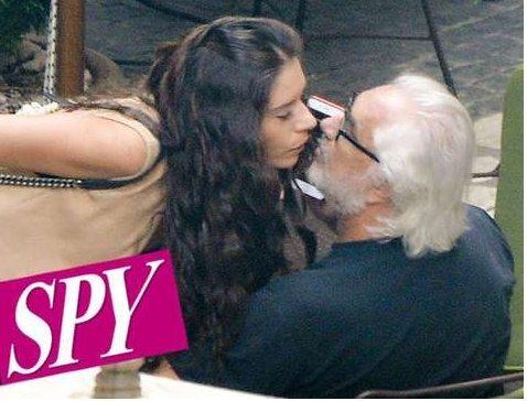 """Flavio Briatore """"beccato"""": bacio con la misteriosa ragazza mora a Roma"""
