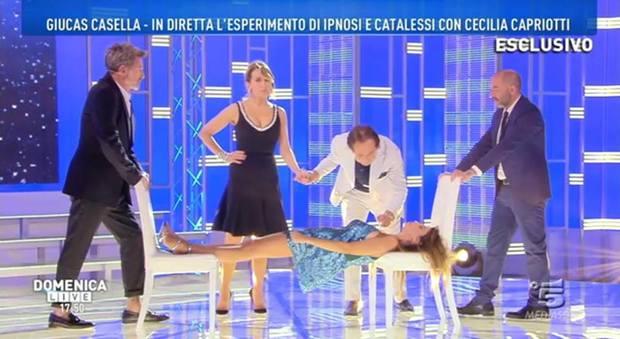 Giucas Casella addormenta Cecilia Capriotti, ma l'ex naufraga non si sveglia: paura in diretta