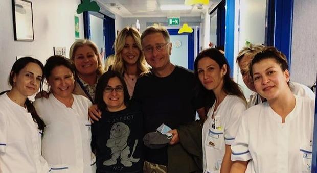 Bonolis in ospedale da Elena Santarelli e il figlio malato, il post commosso su Instagram: «Hai un cuore grande»