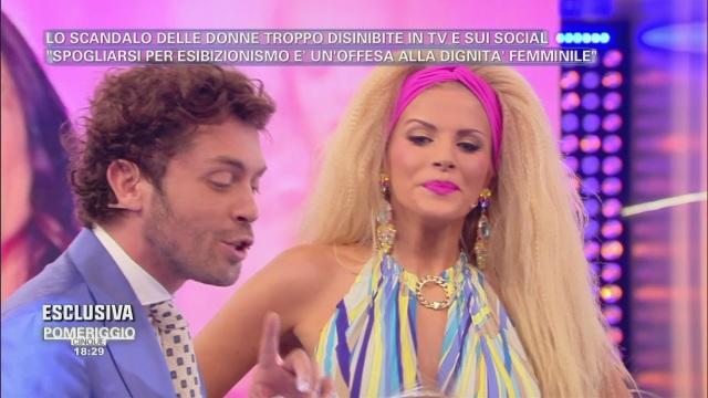 Francesca Cipriani, il balletto è troppo scatenato: l'incidente h0t in diretta