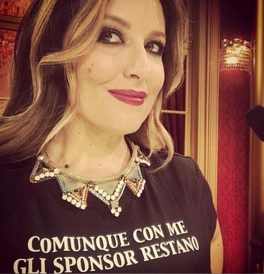 Selvaggia Lucarelli, maglietta al veleno sul Gf e Favoloso: «Con me gli sponsor restano»