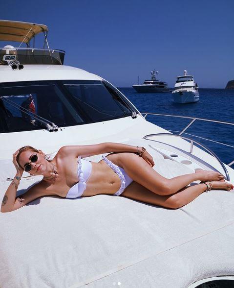Chiara Ferragni, bikini, cappello con il velo e gita in barca per l?addio al nubilato