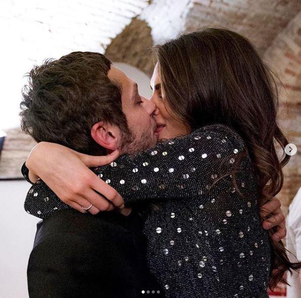 Francesca Sofia Novello, bacio social con Vale Rossi