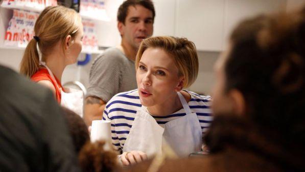 Scarlett Johansson serve pop-corn a Parigi