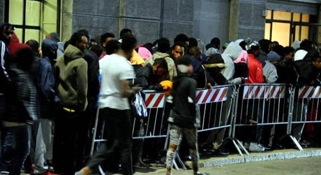 Arrivano 300 profughi nella caserma Montello: residenti divisi tra barricate e accoglienza