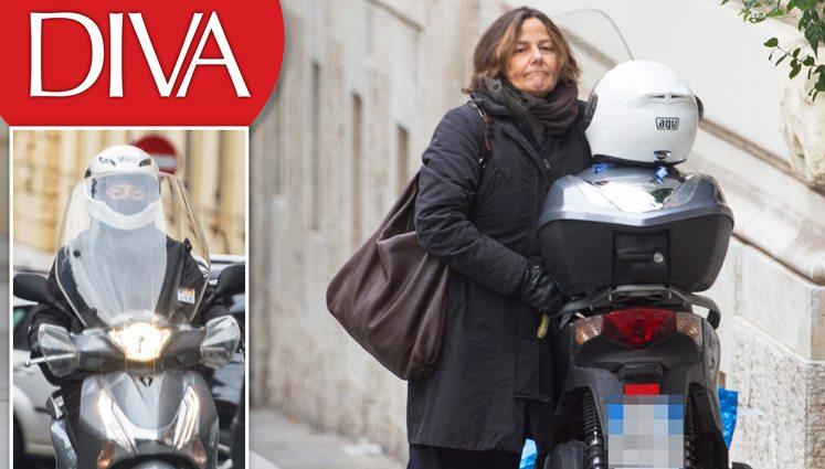 Emanuela Mauro, la moglie del Premier Paolo Gentiloni che viaggia in scooter.