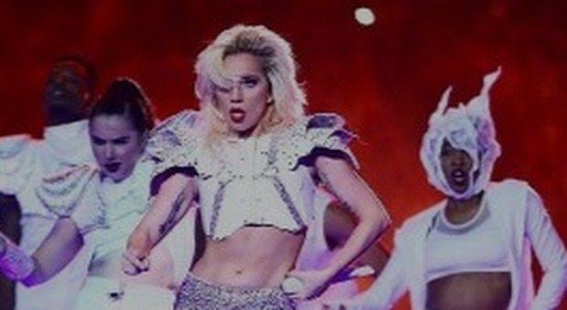 """Lady Gaga risponde alle critiche per la pancetta: """"Orgogliosa del mio corpo"""""""