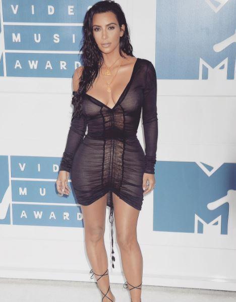 Kim Kardashian aggredita: il terrore delle dive prova ad addentarle il lato B