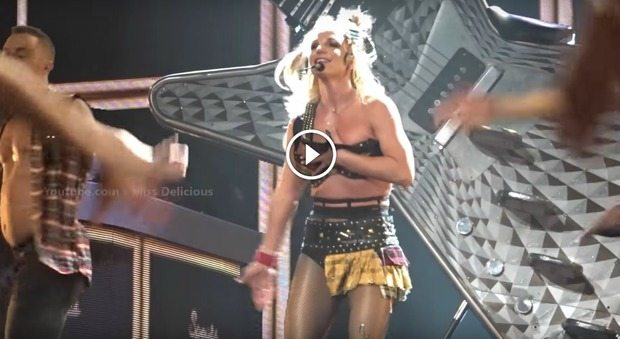 Britney Spears, incidente hot al concerto: si slaccia il reggiseno mentre canta