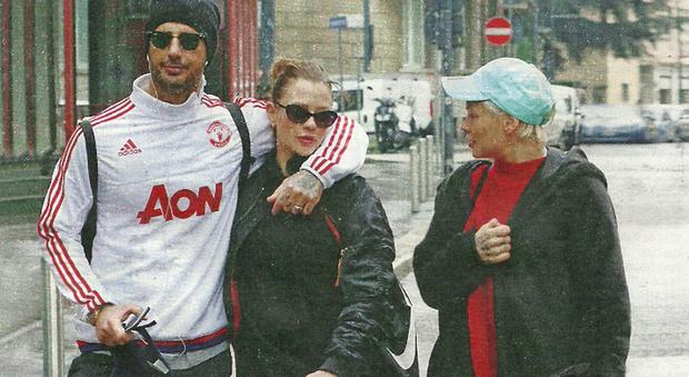 Fabrizio Corona dopo il carcere: passeggiata con la fidanzata Silvia Provvedi e la sorella Giulia a Milano
