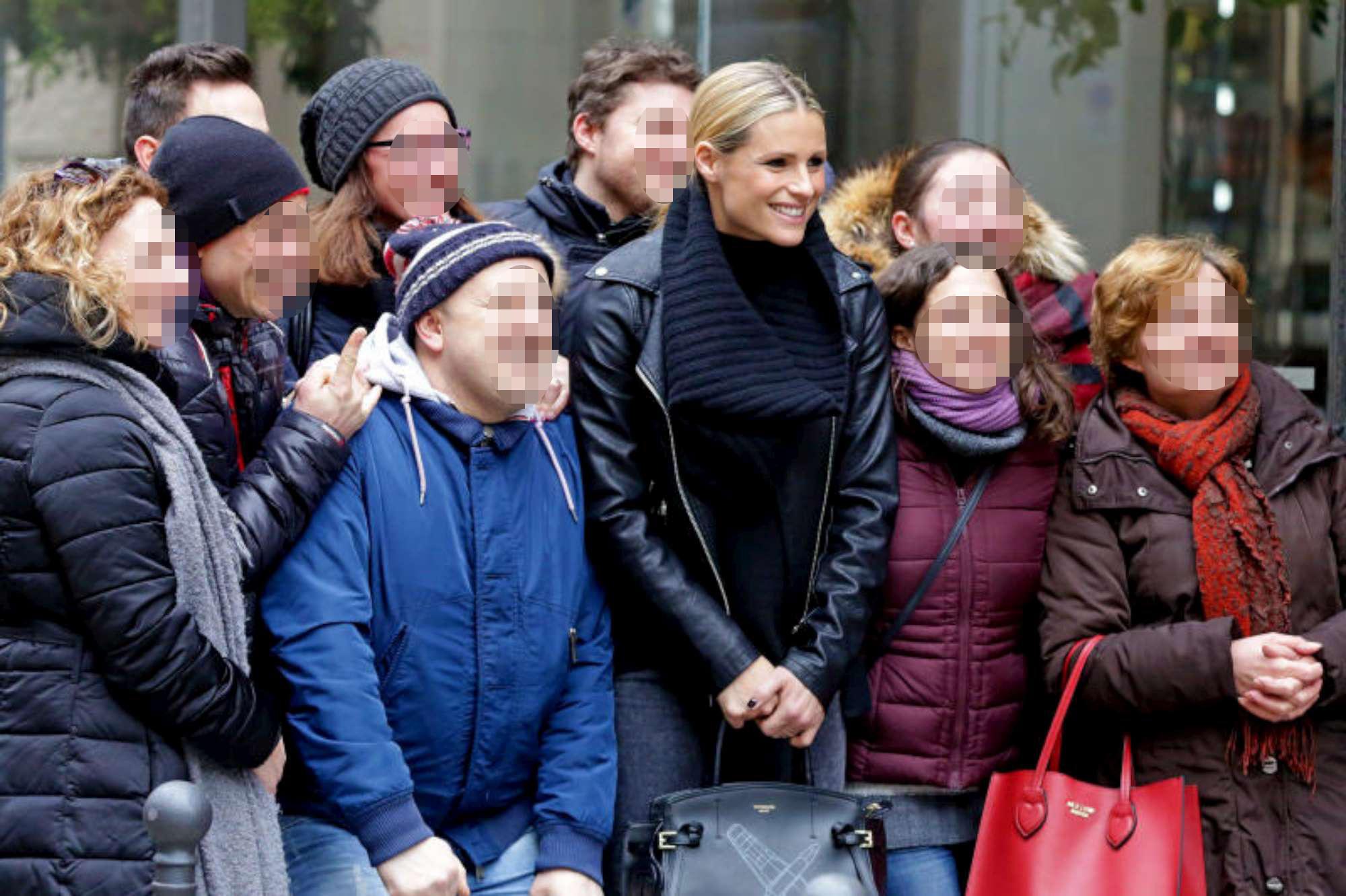 Michelle Hunziker, pranzo in famiglia e selfie di gruppo con i fan