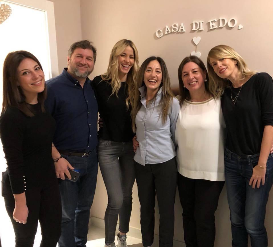 Alessia Marcuzzi ed Elena Santarelli giocano con i bimbi malati: visita alla casa di accoglienza