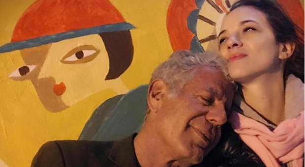 Asia Argento difesa dall'amica Rose McGowan: «Lei e Bourdain avevano una relazione aperta»