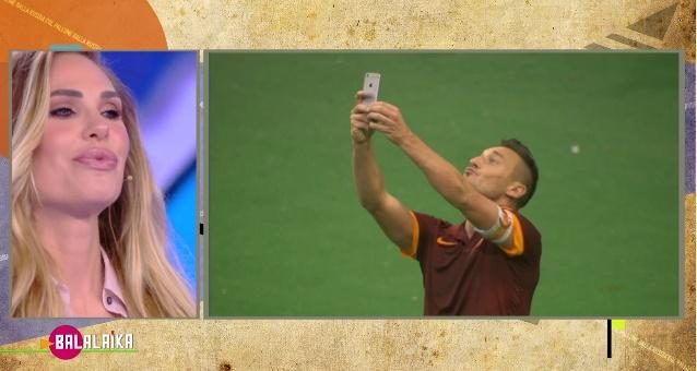 Balalaika, Ilary e i selfie in campo: