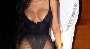 """Kim Kardashian e il """"vestitino"""" h. ot: scollature mozzafiato a spasso col marito a Miami"""
