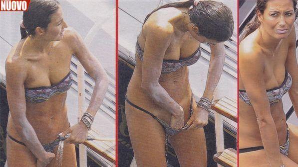 Elisabetta Gregoraci, nelle cartoline delle vacanze sotto la doccia