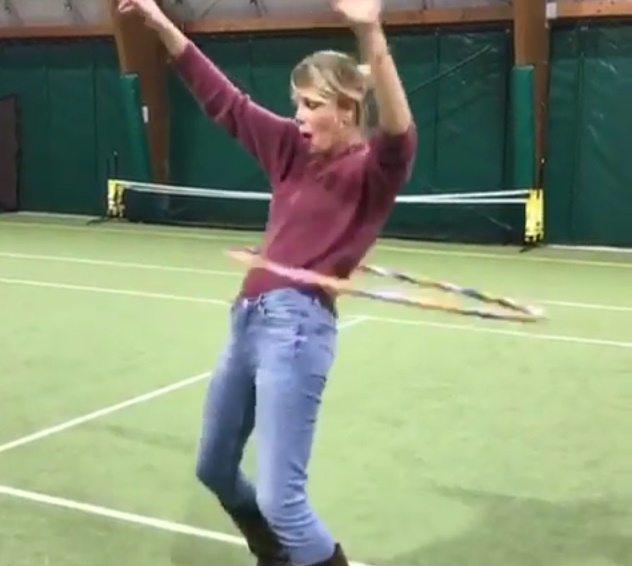 Alessia Marcuzzi, con l?hula hoop... ce la può fare!
