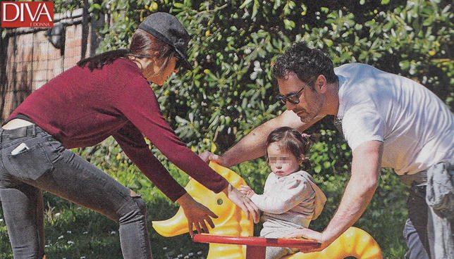 Raoul Bova e Rocio, happy family al parco con Luna