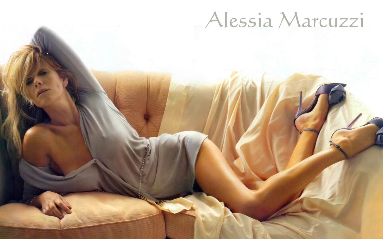 Alessia Marcuzzi Calendario.Alessia Marcuzzi Pioggia Di Critiche Fra Il Botulino E L
