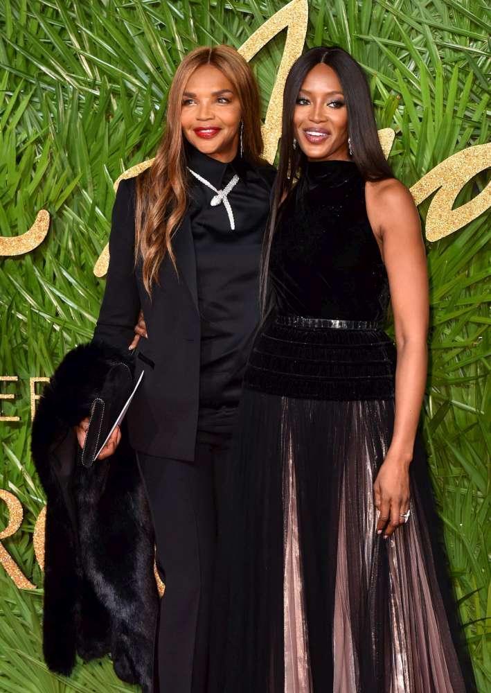 Naomi Campbell sfila con mamma Valerie… e sembrano sorelle