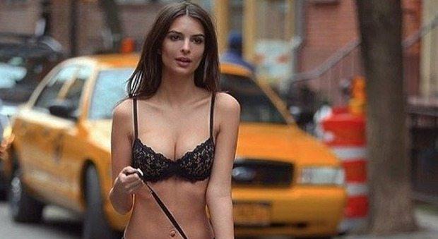 Emily Ratajkowski in giro per New York... in cul0tte e reggisen0. I fan: