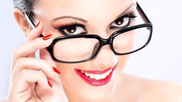 Porto gli occhiali: qual è il make up giusto per me?