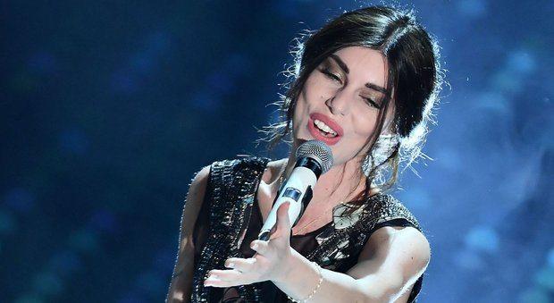 Sanremo, Bianca Atzei si commuove mentre canta per Max Biaggi