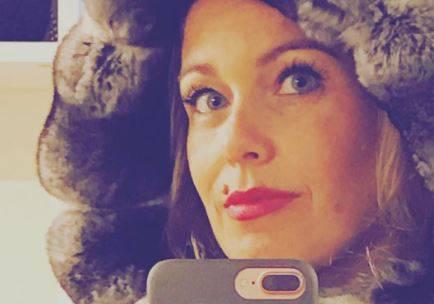 """Sonia Bonolis, i video a Cortina scatenano i fan: """"I tuoi figli vanno mai a scuola?"""". E la risposta è al vetriolo"""
