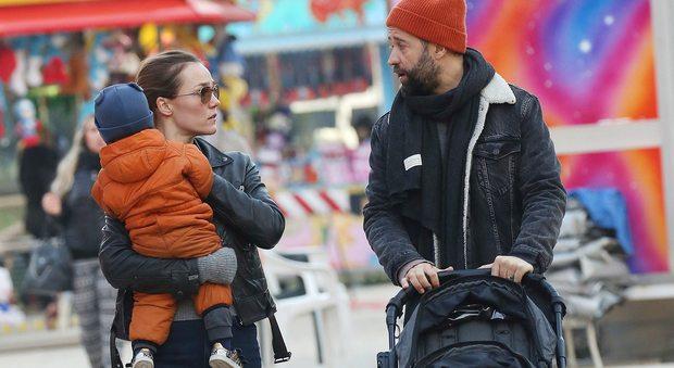 Fabio Volo giornata in famiglia: al parco con Johanna e i figli Sebastian e Gabriel