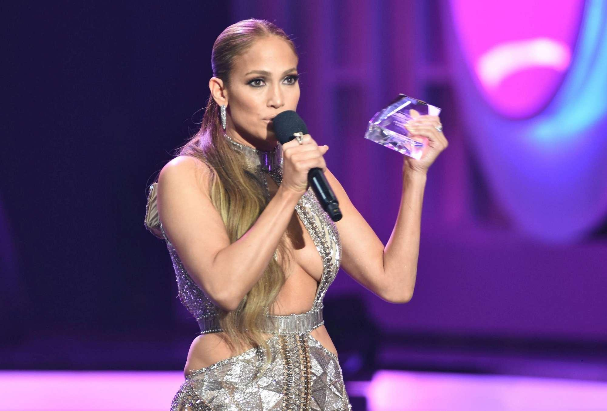 Jennifer Lopez, sul red carpet niente intimo