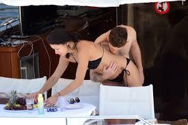 Adriana Lima, vacanze in barca col nuovo fidanzato Metin Hara