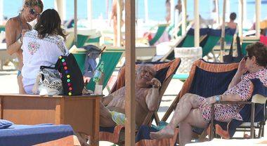 Mara Maionchi relax al mare in famiglia: sotto al sole col marito e la figlia
