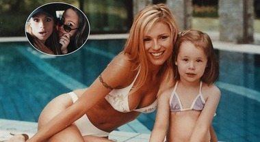 Michelle sexy ventenne e baby Aurora, il tenero scatto fa impazzire il web. Ma c'è un particolare...