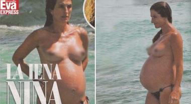 Topless col pancione, la sexy Iena senza veli in spiaggia prima del parto
