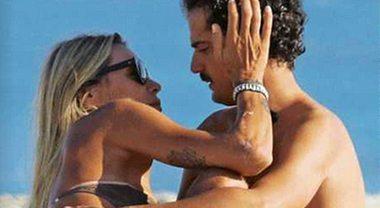 """Elenoire Casalegno e il fidanzato Marcello Corso, giornata """"rovente"""" in spiaggia"""
