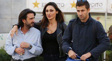 Anna Tatangelo single, passeggiata con due uomini a Milano