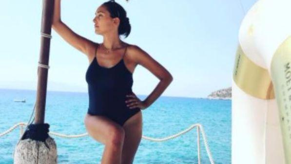 Caterina Balivo in costume, guarda la neomamma al mare