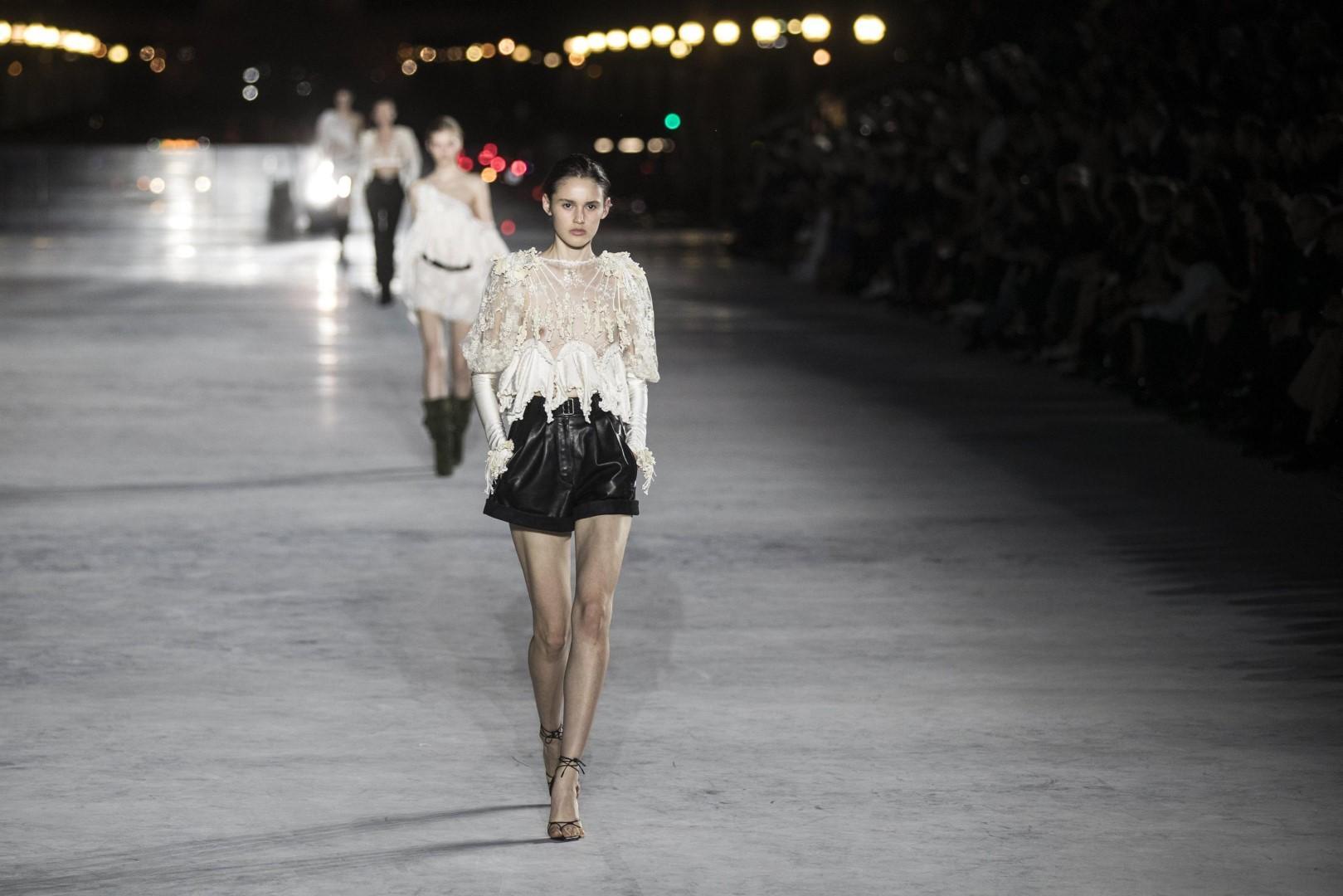 Moda: Parigi, la donna scultura di Yves Saint Laurent