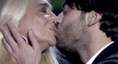 Mara Venier, bacio a Tu si que vales. La sorpresa in diretta, lei reagisce così