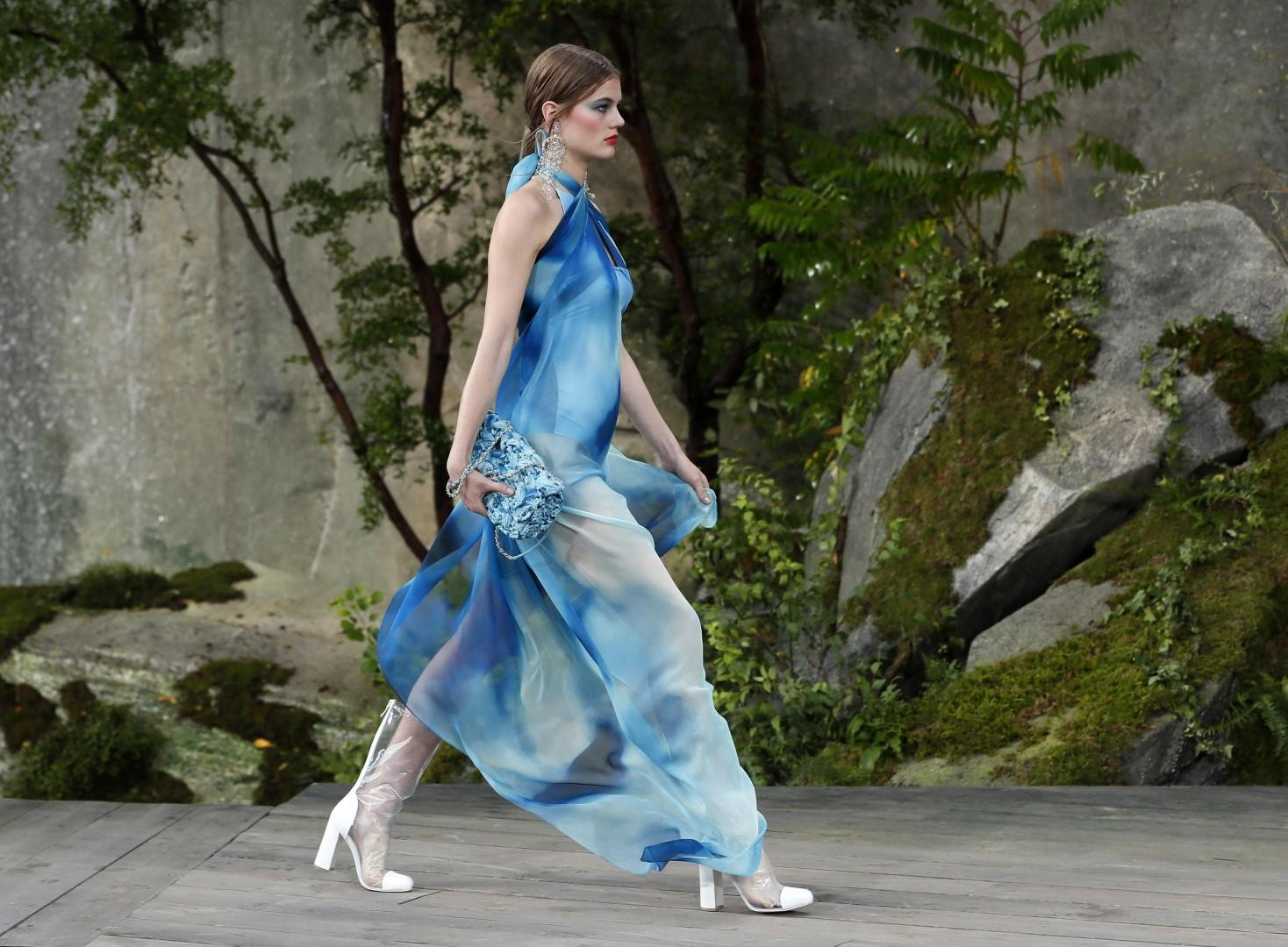 Parigi, moda: sfila la donna Chanel