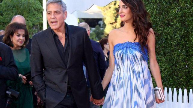 George Clooney, mano nella mano con Amal ma... c?è anche la suocera
