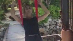 """Liz Hurley in """"trazione"""", così tonifica i muscoli a 52 anni"""