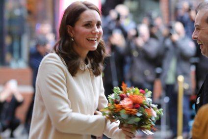 Kate Middleton incinta, dopo tre mesi di stop di nuovo in pubblico. Ma il pancione dov'è?